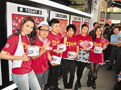 《72家租客》贺岁发了新年财,导演叶念琛(左三)昨率多位演员到多间戏院谢票