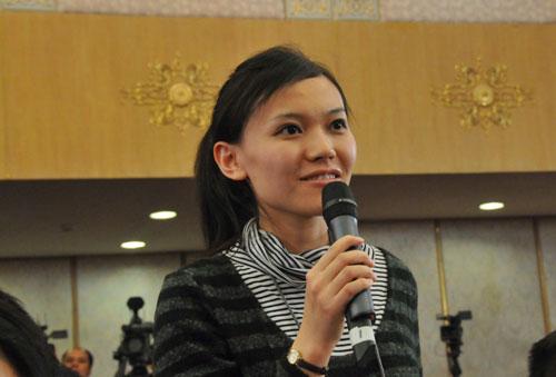 图为中国石油报记者在提问。新华网/中国政府网 翟子赫 摄