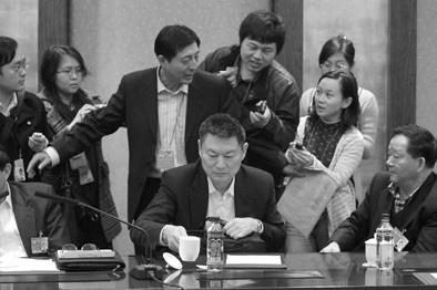 实在抵挡不住记者的围攻,苏宁开始接受记者的采访。
