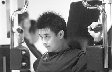 王皓在健身房进行体能训练