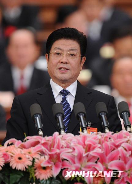 全国人大常委会副委员长王兆国向大会作关于选举法修正案草案的说明。新华社记者饶爱民摄
