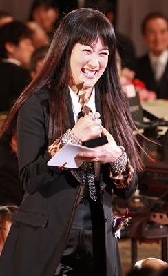 图:第33届日本电影学院奖--余贵美子手捧奖杯