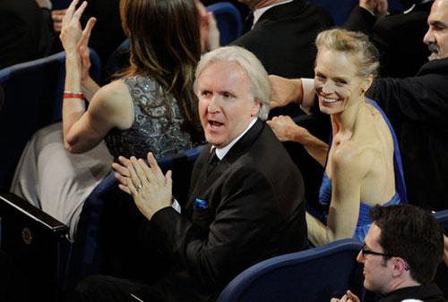 卡梅隆夫妇恰巧被安排坐在凯瑟琳-毕格罗的正后方