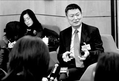 央行副行长苏宁接受记者采访。胡雪柏摄