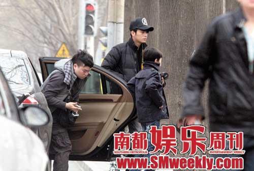 陈坤和儿子一起下车到报刊亭看漫画书