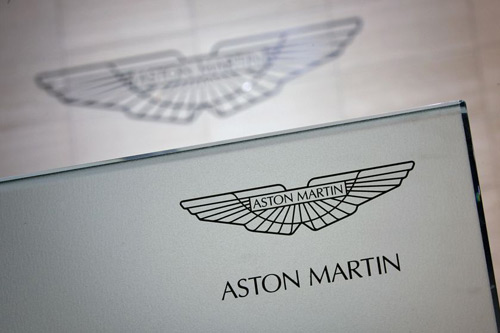 阿斯顿·马丁(aston martin)汽车标志为一只展翅飞翔的大鹏,高清图片