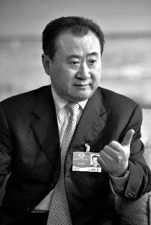 3月8日,全国政协常委、大连万达集团董事长王健林接受记者采访时表示,造成房价过快上涨的关键因素是,土地供应不足,出让价格过高。本报资料图片 浦峰 摄