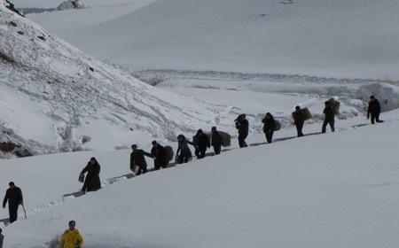 救援人员肩扛背运运送救灾物资
