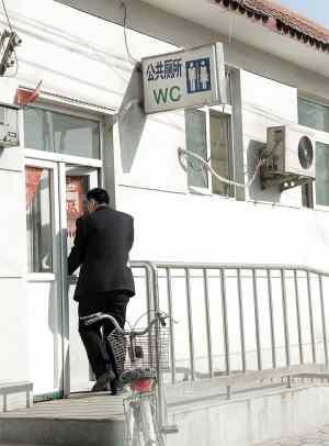 公厕被用来作小卖部 管理员公地私用惹争议