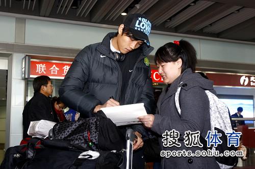 吴昊为球迷签名