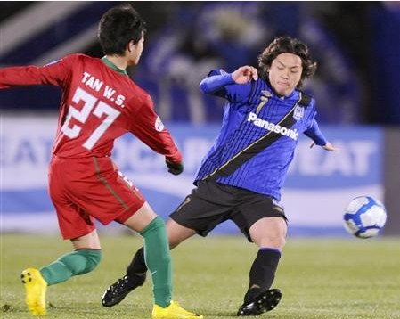 图文:[亚冠]大阪1-1河南 远藤保仁拦截