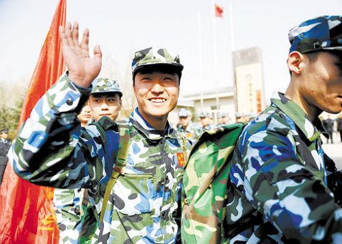 昨日,西安市首批60名保安启程前往上海,准备执行2010年上海世博会保安任务。葛兰 首席记者阮班慧摄