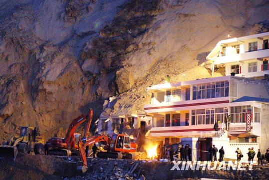 3月10日晚,救援工作仍在紧张进行。新华社记者陈钢摄