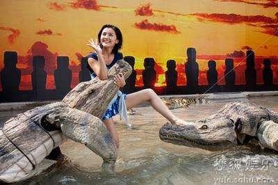 蔡卓妍徒手与鳄鱼搏斗,惊心动魄