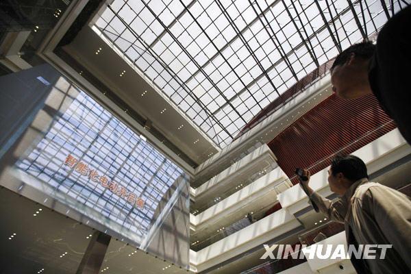 3月10日,两名工作人员正在参观世博中心屋顶的智能化电动开启窗。新华社记者 裴鑫摄