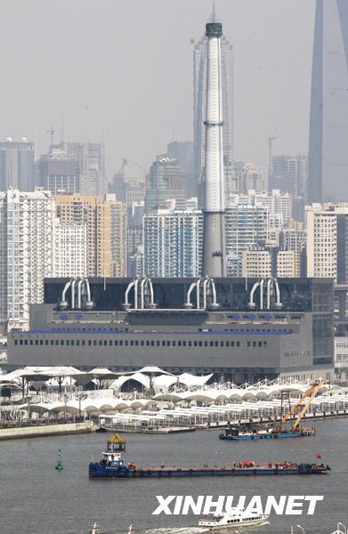 """世博会主题馆之一的""""城市・未来馆"""",是由老厂房改建成的""""三星级绿色建筑""""(3月10日摄)。新华社记者 裴鑫摄"""