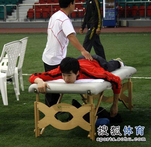 刘翔躺在按摩床上