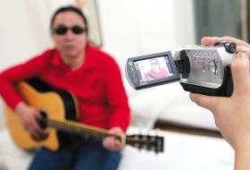拍客为康峰拍视频 本报记者 白桄 摄