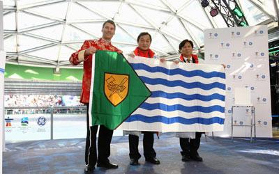 温哥华市长罗品信向中国花样滑冰队赠送市旗