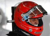 图文:F1巴林站第二次练习 舒马赫重戴头盔