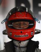图文:F1巴林站第二次练习 舒马赫静静思考
