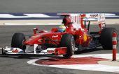 图文:F1巴林站第二次练习 马萨驾车过弯中