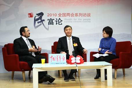 左起:全国人大代表、重庆索通律师事务所主任 韩德云、全国人大代表、浙江省高级人民法院院长 齐奇、中国青年报记者 崔丽