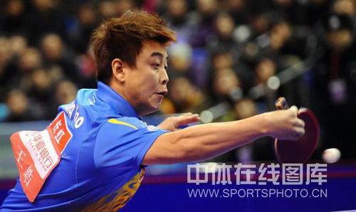 图文:男乒直通赛第二阶段半决赛 王皓反手回球