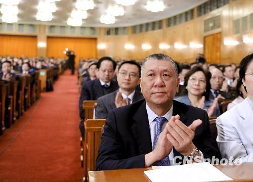 3月3日下午,全国政协十一届三次会议在北京人民大会堂开幕,新增补的全国政协委员何厚铧在听会。中新社发廖攀摄