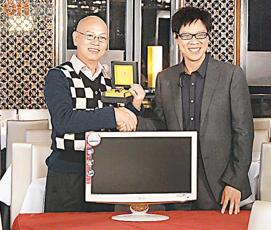 罗家英接受《志云饭局》访问时,获陈志云送赠电视机