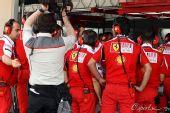 图文:2010F1巴林站第三次练习 法拉利技师备战