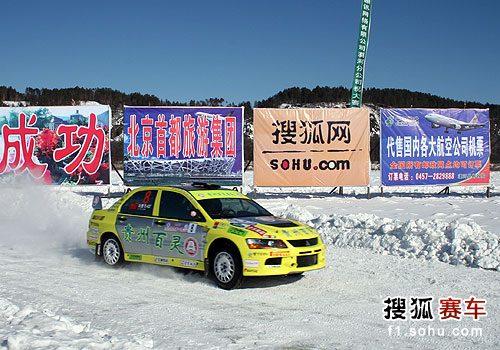 图文:2010年漠河冰雪拉力赛 刘曹冬在比赛中