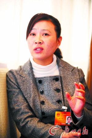 胡小燕参加人大分组讨论。记者黄澄锋、邵权达 摄