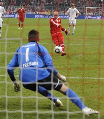 罗本2球助拜仁2-1逆转弗赖堡_24