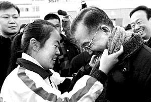 2009年1月,温家宝在江苏考察时,女生给他系围巾。