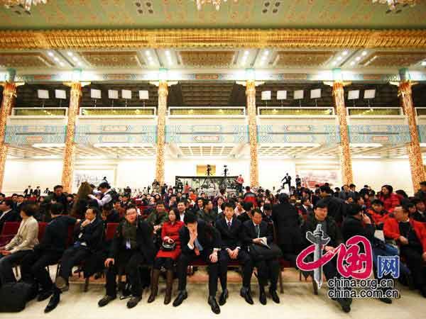 与会记者提前等候温总理的到来 中国网 杨佳