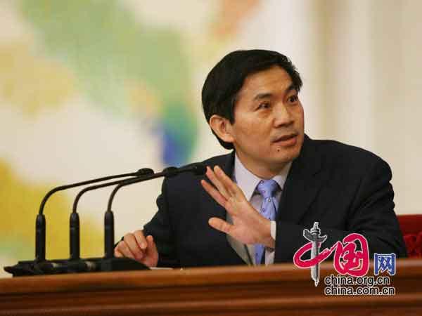 全国人大常委会办公厅新闻局巡视员、副局长何绍仁宣读注意事项 中国网 胡迪