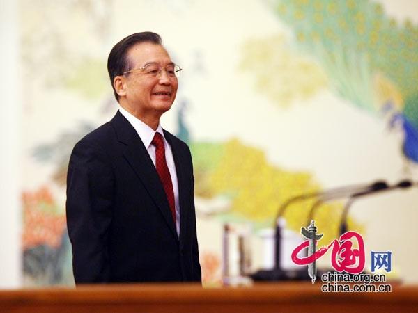 温总理走上主席台 中国网 胡迪