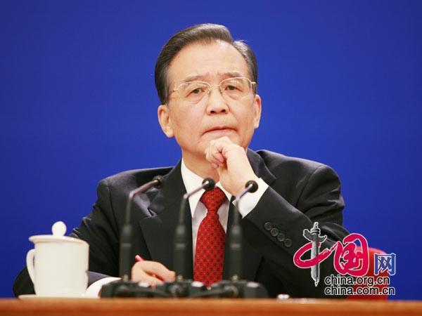 温总理认真倾听记者提问 中国网 胡迪