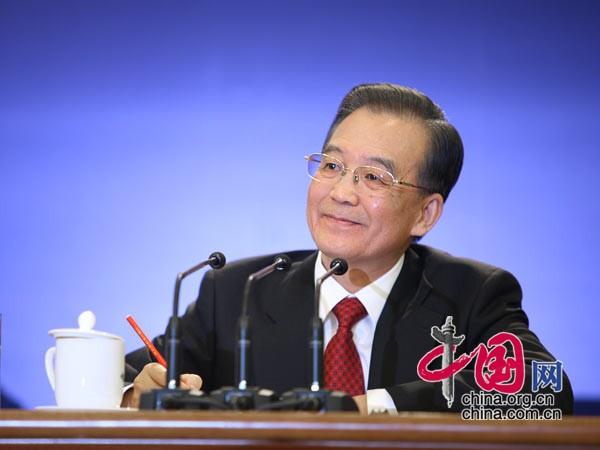 温总理认真记录记者提问 中国网 胡迪