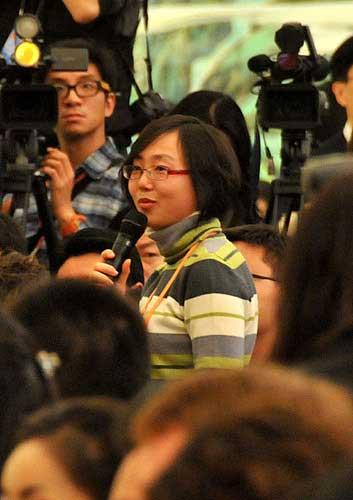 图为香港《星岛日报》记者提问。翟子赫 摄