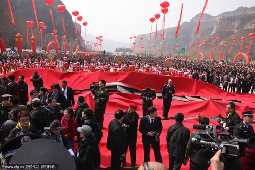 塌台现场,远处聚集的观众人数众多。