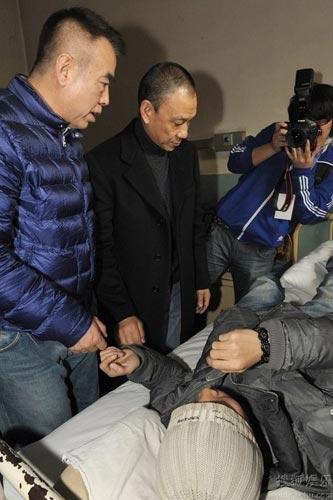 陈凯歌、王学圻到医院探望伤者