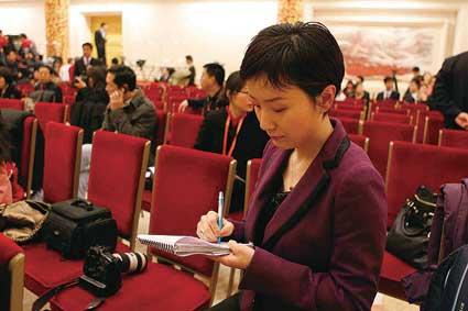 """早上8点刚过,人民大会堂金色大厅一开门,秦枫就早早地占据了""""有利地形"""",为10点钟召开的新闻发布会做最后准备"""