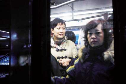 早晨,秦枫5点起床,穿上紫色小西装出门,今天秦枫选择乘地铁去参加温总理的中外记者见面会