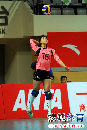 图文:上海女排3-0天津 卞雨倩发球