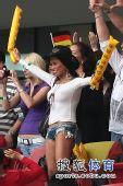 幻灯:德国球迷热裤助威本队 奔放着装火辣惹眼