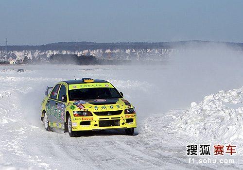 图文:漠河汽车拉力赛第二日 刘曹冬在比赛中