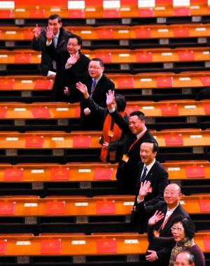 大会闭幕后,工作人员在大会堂一楼合影。本报记者 韩萌 摄