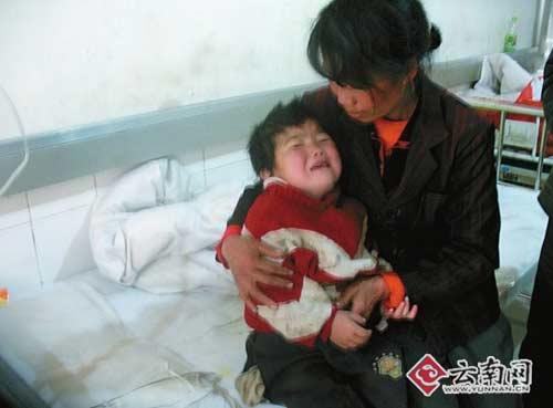 云南 镇雄/小女孩疼在身上,母亲疼在心里。
